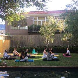 yoga in de tuin.jpg